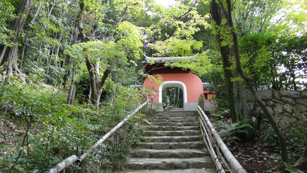 まるで竜宮城への入り口~石峰寺
