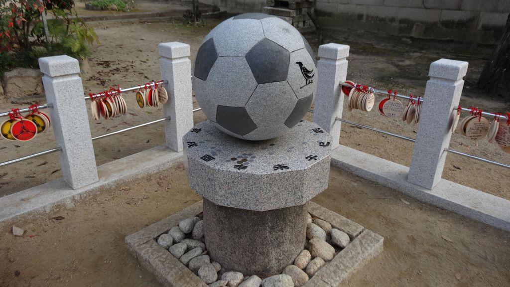 弓弦羽神社 御影石サッカーボール