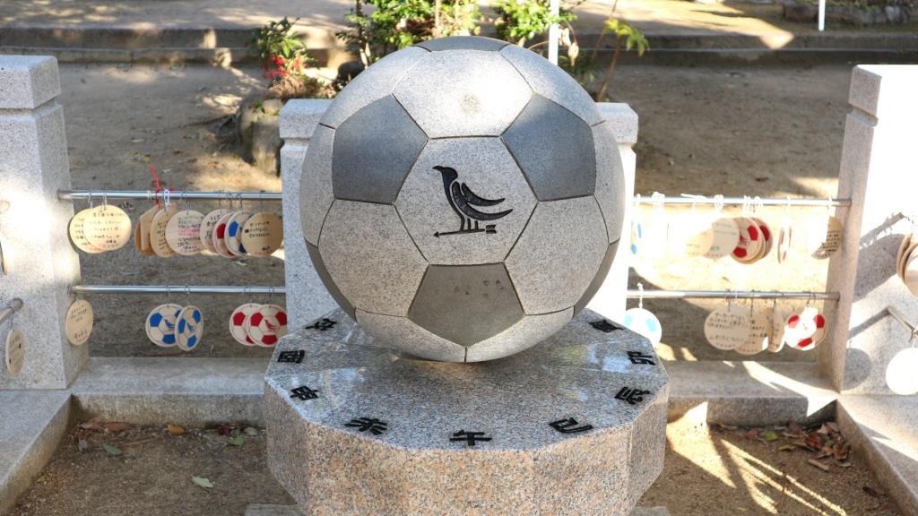 弓弦羽神社 御影石のサッカーボール